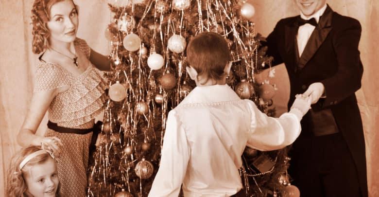Julesange og julesalmer - Familie danser om juletræet