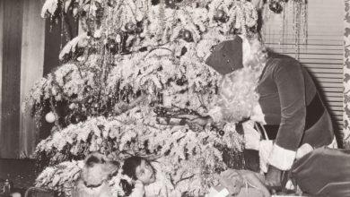 Pige ser overrasket på julemanden fra juletræ