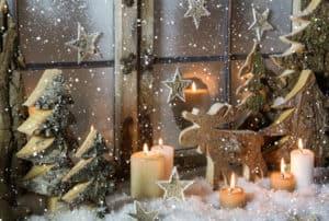 Julepynt til vinduet med lys