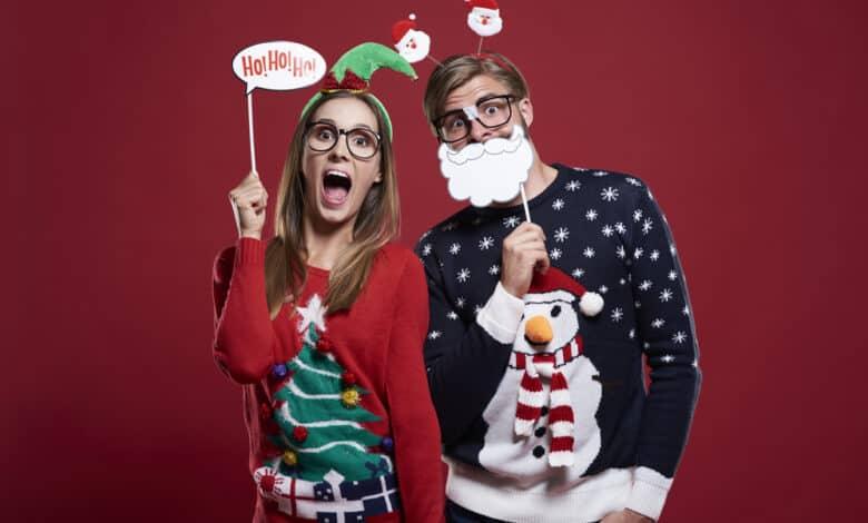 Par med sjove julesweaters