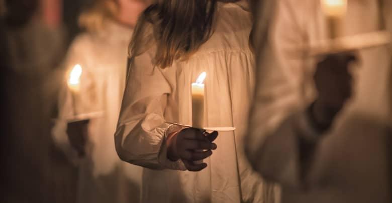 Børn med lys fejrer Luciadag i Sverige